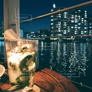 オープンテラスでお酒と食事を楽しむの写真・画像素材[4069138]