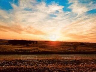 遊水池に沈む夕日の写真・画像素材[4111900]