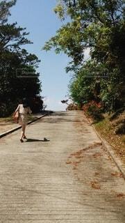 坂をのぼるの写真・画像素材[4213258]