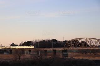空,建物,橋,屋外,湖,雲,川,水面,樹木,トラック,鉄道,クロッシング