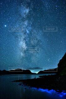 天の川と夜光虫の写真・画像素材[3933843]