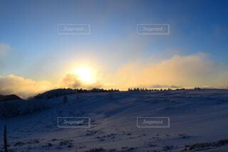 雪山でみる朝日の写真・画像素材[4151229]