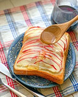 りんごトーストとハチミツの写真・画像素材[4308789]