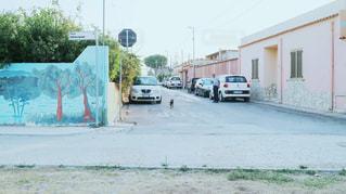道の端に駐車していた車の写真・画像素材[1030267]