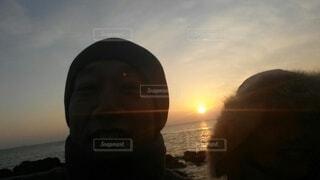2人,自然,風景,海,空,カップル,屋外,太陽,朝日,雲,水面,海岸,人,夫婦,正月,お正月,日の出,新年,初日の出,人間の顔