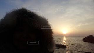 自然,風景,海,空,屋外,太陽,朝日,雲,水面,海岸,人,正月,お正月,日の出,新年,初日の出,人間の顔