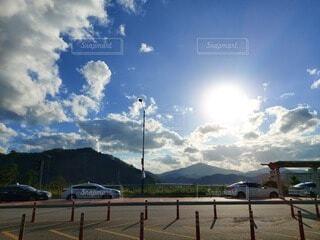 空,屋外,太陽,朝日,雲,車,山,樹木,日の出