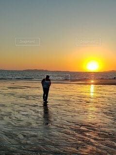 自然,風景,海,空,屋外,太陽,朝日,砂,ビーチ,砂浜,水面,人,正月,お正月,地平線,日の出,新年,初日の出