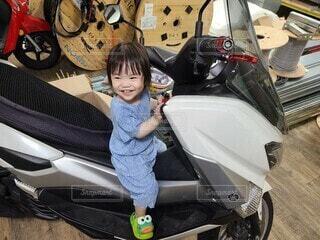 バイクに乗ってご機嫌の写真・画像素材[4391666]