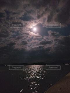 十五夜と海の写真・画像素材[4895508]