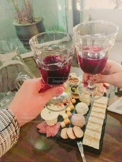 食べ物,食事,屋内,フード,人物,人,食器,チーズ,ワイン,カクテル,乾杯,ドリンク,ワイングラス,飲食,ソフトド リンク