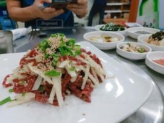 食べ物,食事,ディナー,フード,テーブル,皿,梨,人物,人,サラダ,肉,料理,韓国,おいしい,ユッケ,飲食,アサツキ