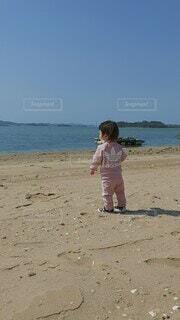自然,風景,海,空,屋外,砂,ビーチ,砂浜,水面,海岸,少女,人物,人,地面,幼児,若い,初めての海,少し