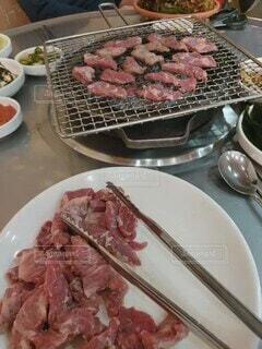 食べ物,テーブル,皿,食器,おいしい,外食,焼肉,夕食,炭焼き,ファストフード,豚肉,大皿,ハラミ,赤身肉