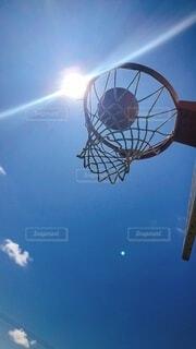 澄んだ青空のバスケットボールの写真・画像素材[3943049]