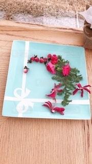 テーブルの上の皿に飾った花の写真・画像素材[3964058]