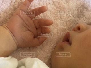 すやすや寝ている赤ちゃんの写真・画像素材[3964694]