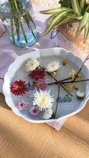 テーブルの上の花器にいけた花の写真・画像素材[3990302]