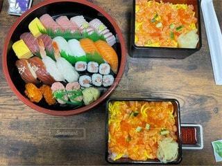 テーブルの上のお寿司の写真・画像素材[4013300]