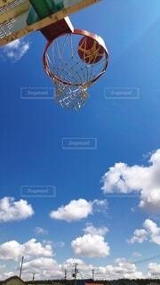 青空とバスケットボールの写真・画像素材[4015574]