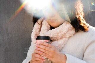 ゆっくりコーヒーを飲む女性の写真・画像素材[4120497]