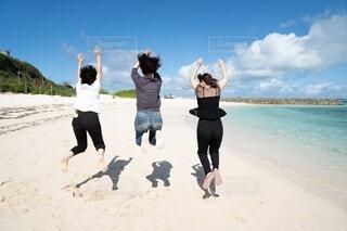 ビーチではしゃぐ友達の写真・画像素材[4316360]