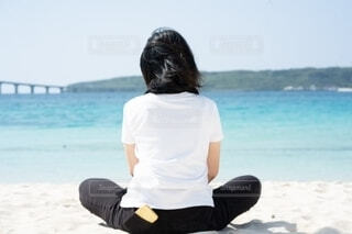 ビーチの女性の後ろ姿の写真・画像素材[4632639]