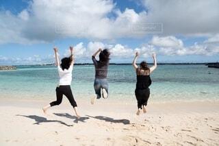 砂浜ではしゃぐ女性の写真・画像素材[4632641]