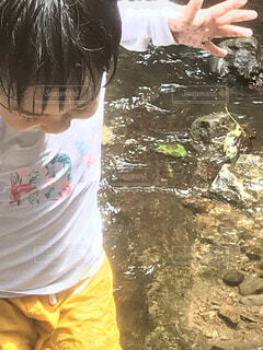 水の中に立っている少女の写真・画像素材[3955393]