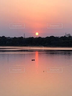 水の体に沈む夕日の写真・画像素材[3957872]