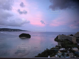 水の体の上の空の雲のグループの写真・画像素材[3958218]