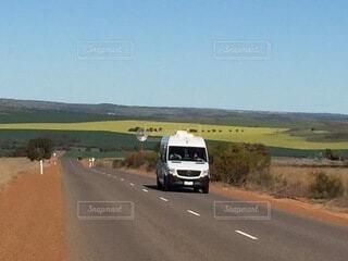 高速道路を走る車の写真・画像素材[3958219]