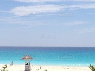 水の体の近くのビーチで傘を閉じるの写真・画像素材[3958248]