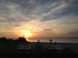 水の体に沈む夕日の写真・画像素材[3958246]