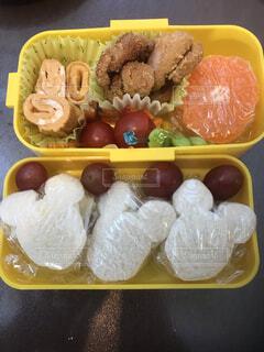 食べ物で満たされたプラスチック容器の写真・画像素材[3959932]