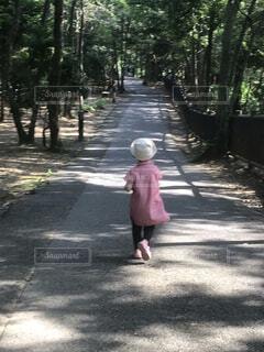 歩道を歩いている小さな女の子の写真・画像素材[3959937]