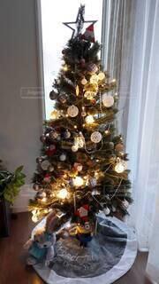 部屋の中のクリスマスツリーの写真・画像素材[3968855]