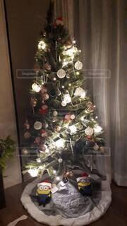 部屋の中のクリスマスツリーの写真・画像素材[3985915]