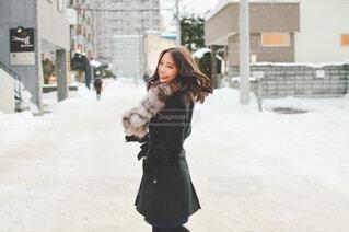 雪景色の中の女性の写真・画像素材[4055467]