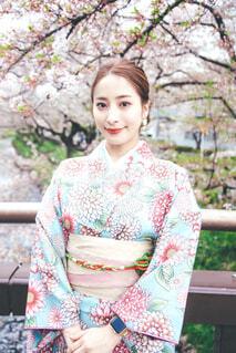 桜と着物の女性の写真・画像素材[4305946]