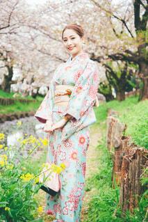 桜と女性の写真・画像素材[4305947]