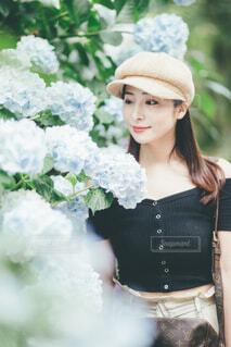 紫陽花と女性の写真・画像素材[4561248]