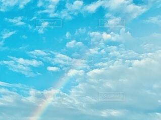 空色にかかる虹の写真・画像素材[3959105]