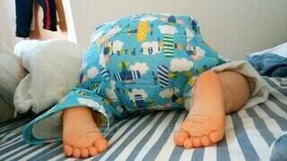 子供がベッドでおしりを向けて寝ているの写真・画像素材[3958694]