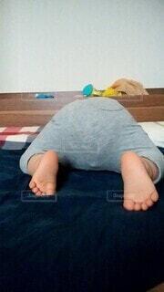 子供がベッドでおしりを向けて寝ているの写真・画像素材[3958695]