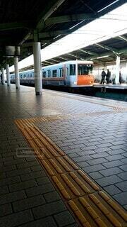 ホームに入ってくる電車(地下鉄)の写真・画像素材[3958697]