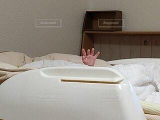 ベッドから手を出す赤ちゃんの写真・画像素材[3959178]