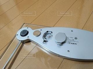 体重計の電池交換で裏返したところの写真・画像素材[3960588]