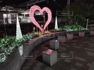 駅前でライトアップされたピンクのハートの写真・画像素材[3960594]