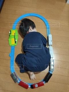 電車のおもちゃで遊んでる途中に寝落ちの写真・画像素材[3963230]